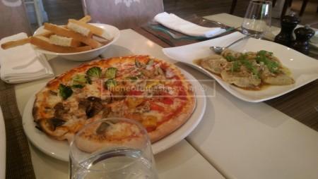 Pizza Quattro stagioni con mozzarella e verdure miste 82dhs Eggplant, zucchini, broccoli, peppers, mushrooms, onion, mozzarella cheese, basil leaves & olives (v)